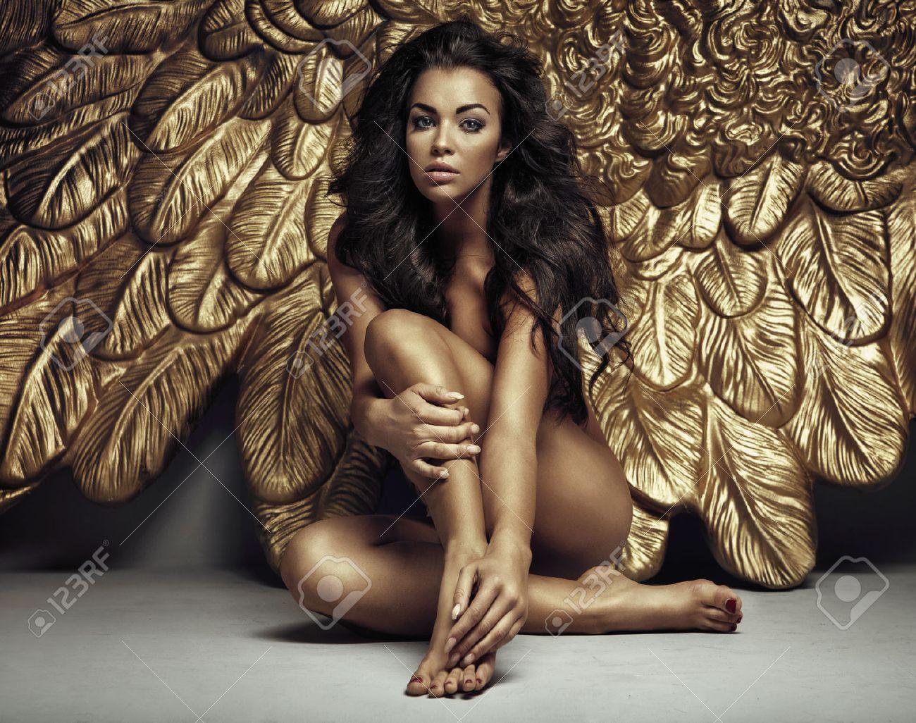 Ritratto di un angelo con le ali d'oro sexy Archivio Fotografico - 42115757