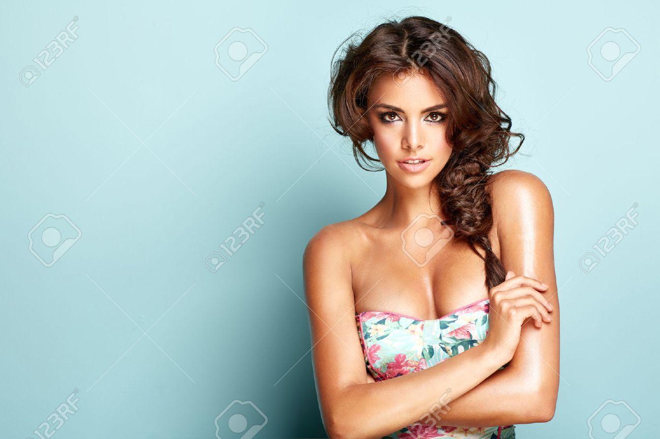 Portrait of a smilling brunette woman Archivio Fotografico - 42115446