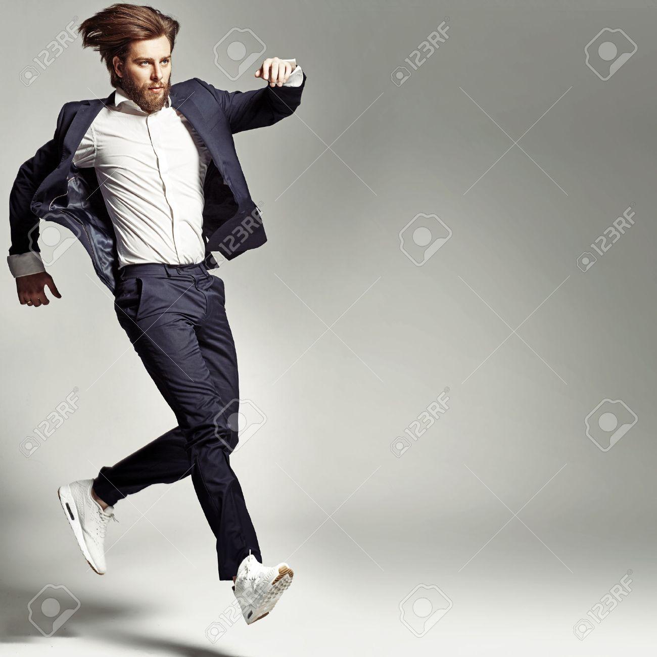 Giovane ragazzo energico che indossa il vestito Archivio Fotografico - 46023094