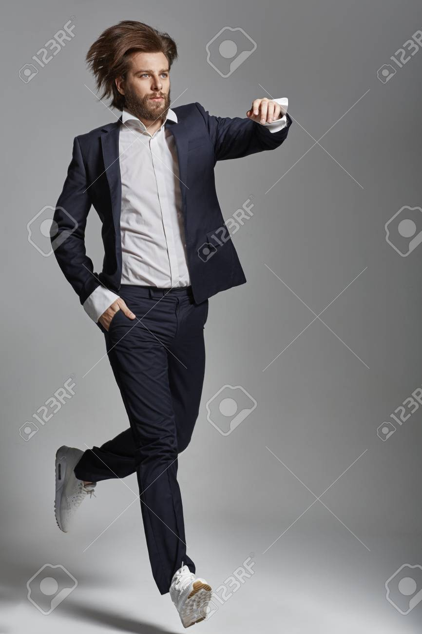 7608a094fd4a8 Portrait d'un homme élégant avec des vêtements décontractés