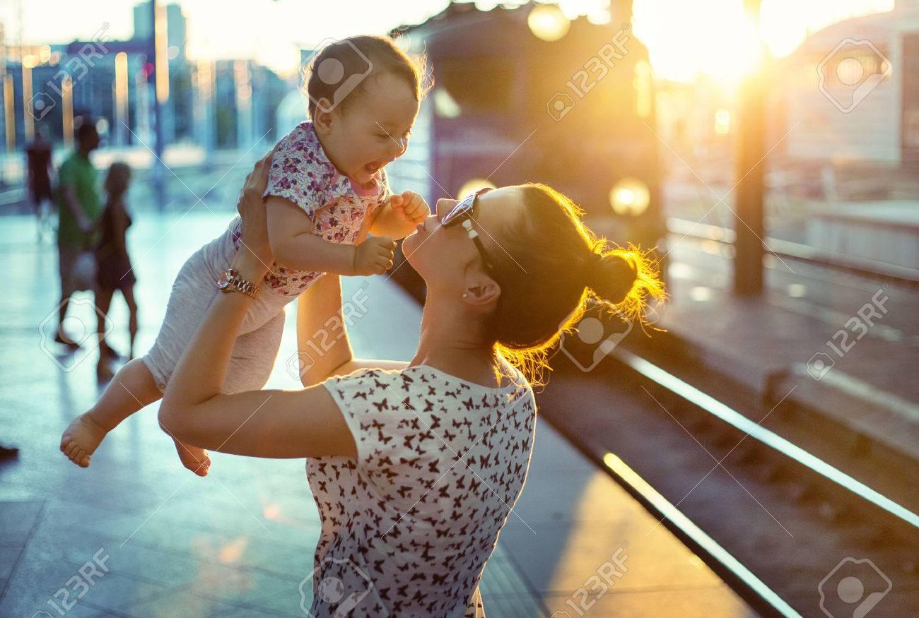 Piuttosto mamma trasportano la sua piccola figlia Archivio Fotografico - 47728324
