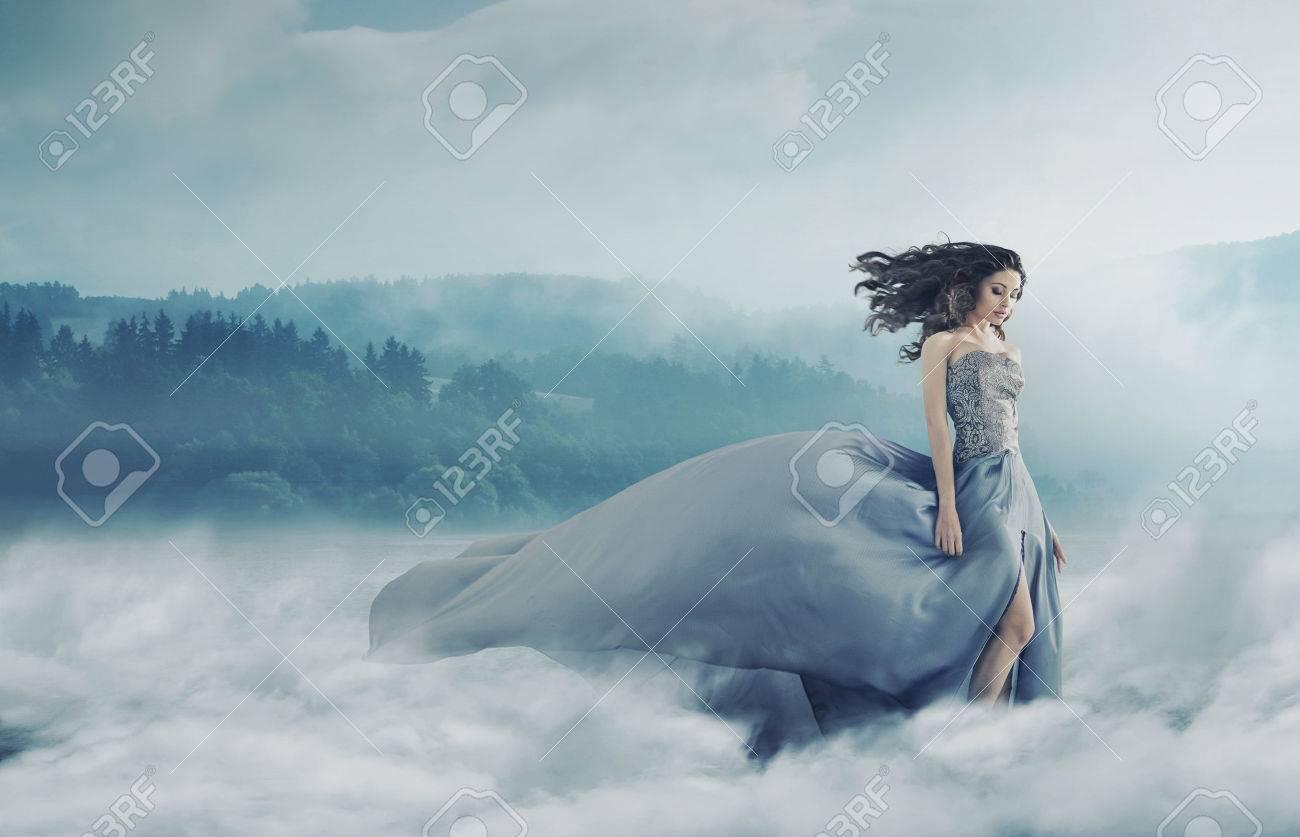 Magica signora bruna sul campo nebbioso Archivio Fotografico - 50805045
