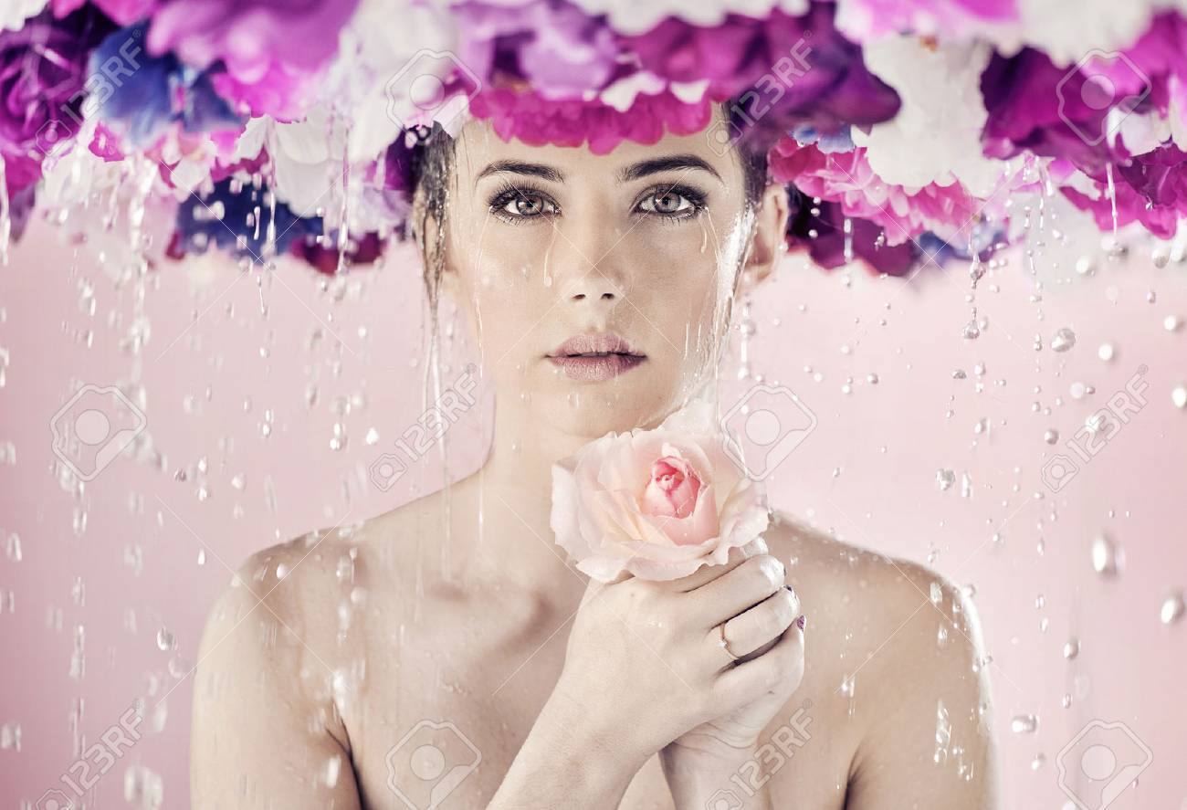 Wet lady with a huge wreath on her head Archivio Fotografico - 50899834