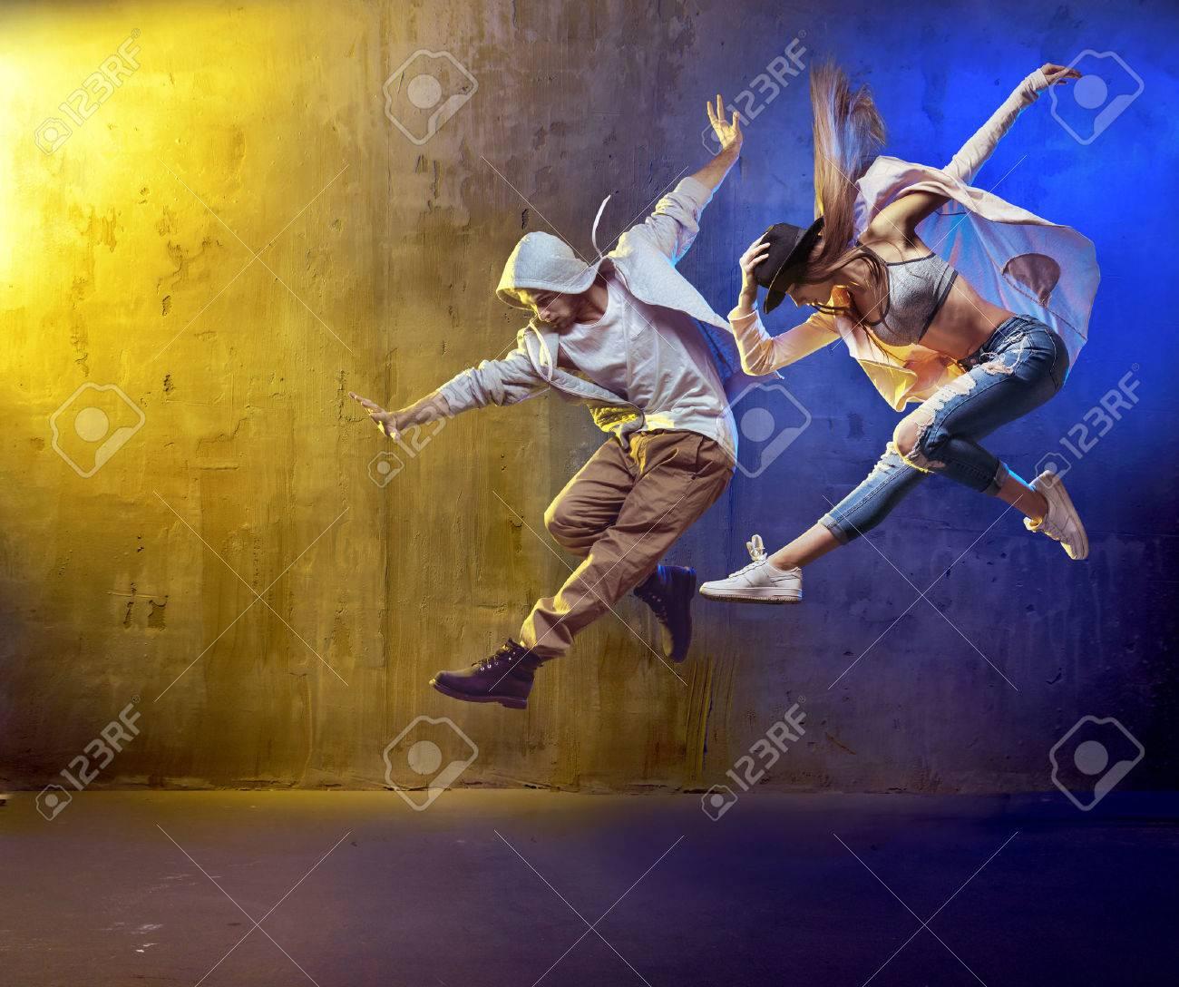 ballerini eleganti fancing in un luogo concreto Archivio Fotografico - 53140599