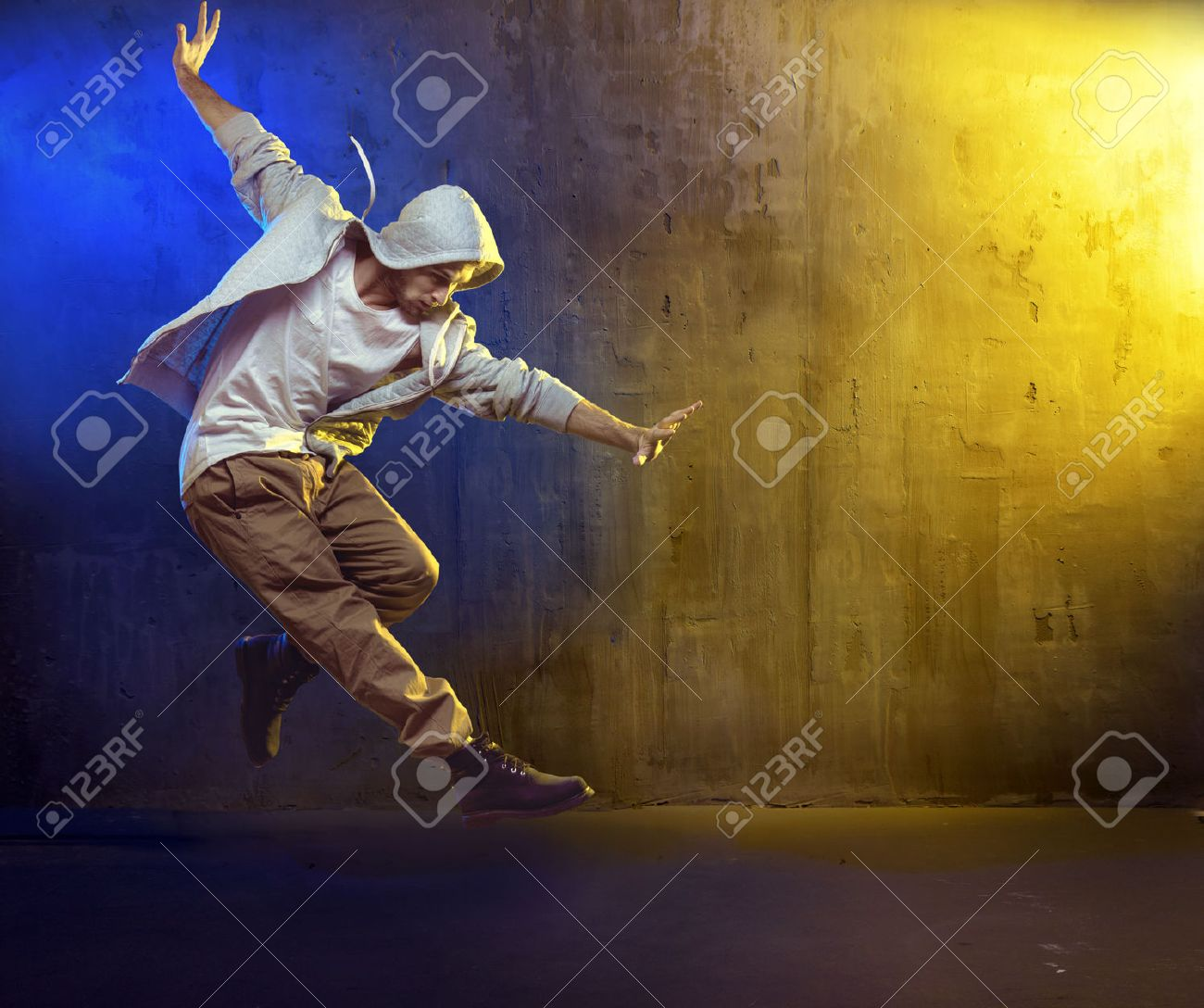 Athletic b-boy dancing a hip hop Archivio Fotografico - 53129465