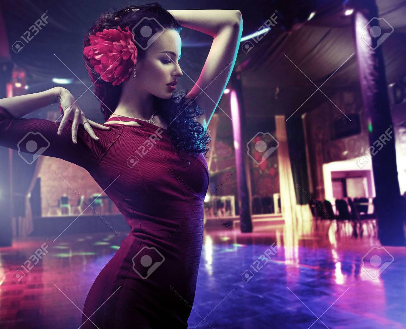 Primo piano ritratto di una donna che balla una danza latino Archivio Fotografico - 55304736