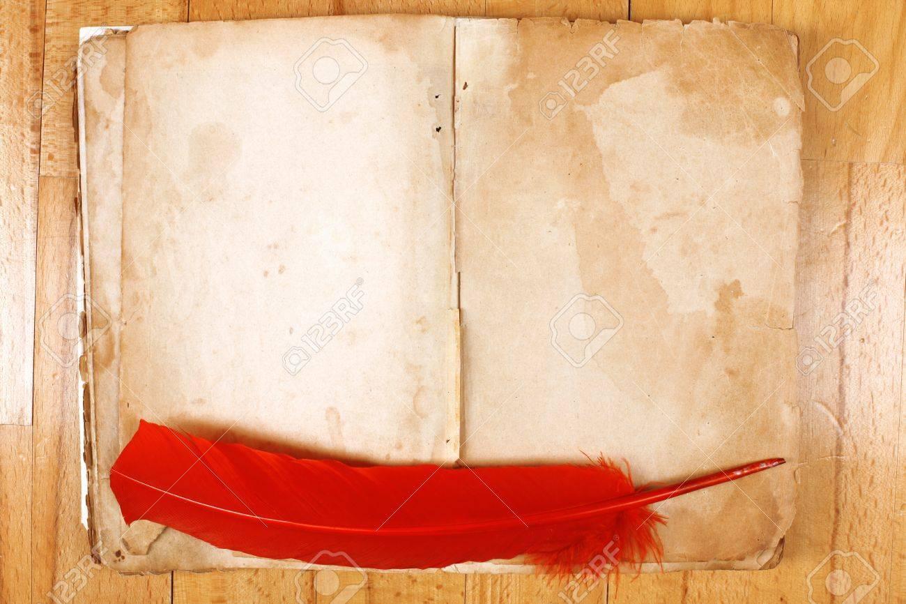 Vintage Libro Abierto Mensaje Vacío Con La Pluma Pluma Roja En La ...