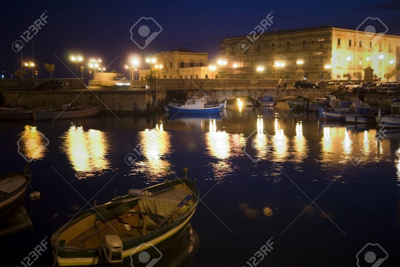 classic Old Italy - night in Syracuse, Sicily Stock Photo - 15965525