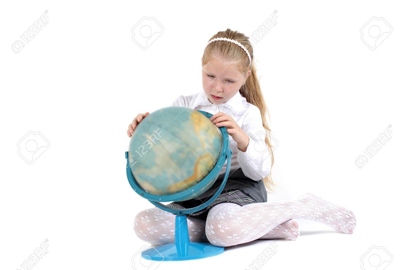Fille De 8 Ans D Ecole Avec Le Livre Et Le Globe Souriant Sur Fond Blanc