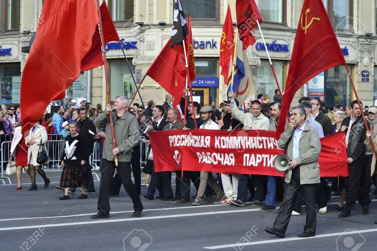 Manifestation devant la Rada 14146089-Saint-P-tersbourg-Russie-9-mai-2012-manifestation-communiste-sur-la-Perspective-Nevsky-Banque-d%27images