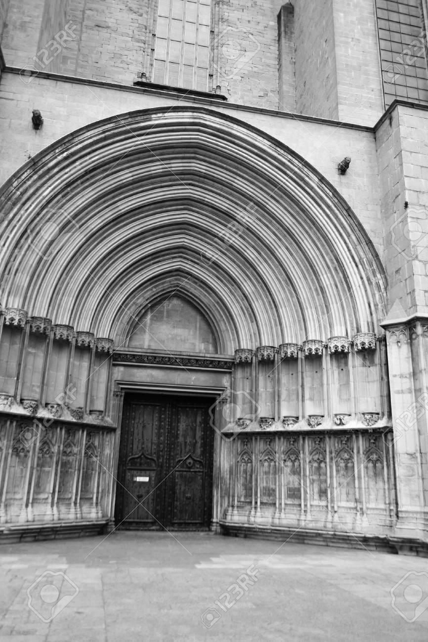 Entrée Noir Et Blanc l'entrée de la cathédrale de gérone, en espagne. noir et blanc.
