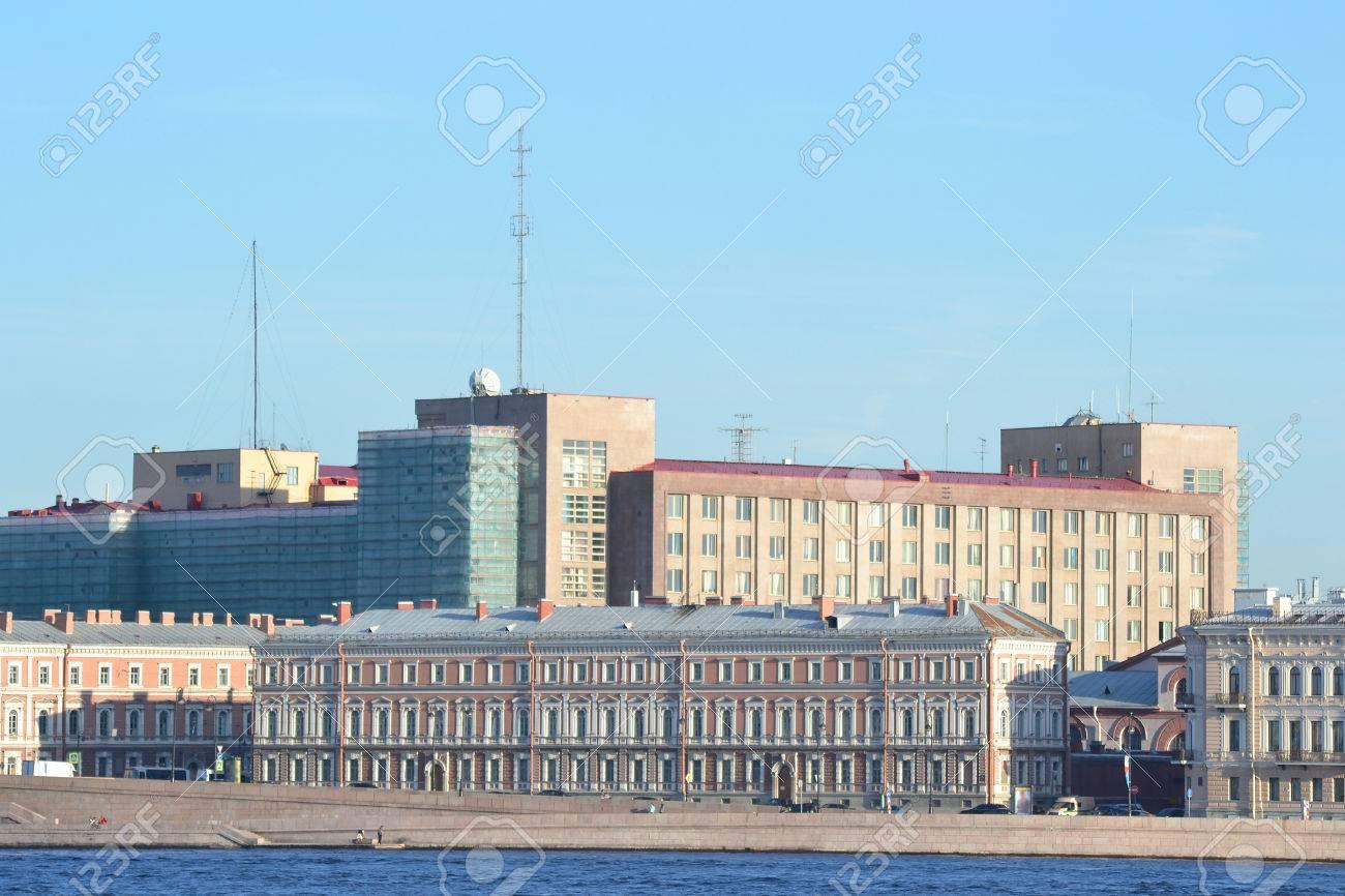 ネヴァ川と FSB の建物、ロシアのサンクトペテルブルクでの堤防。 写真