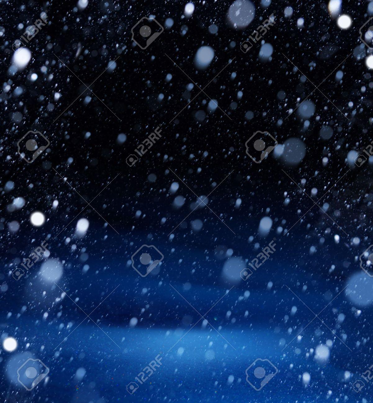 雪のクリスマスの魔法の光の背景...