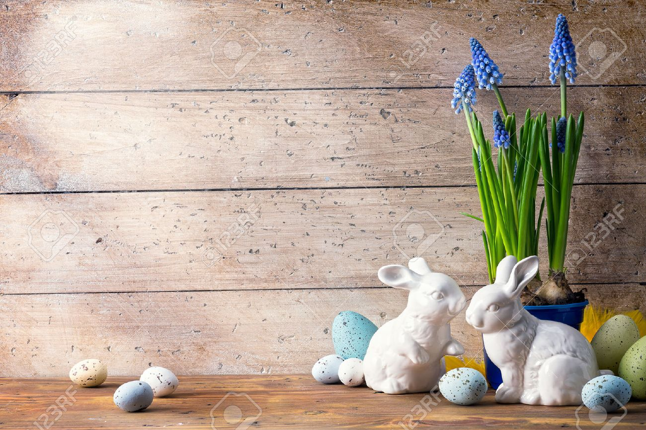 art Happy Easter Day; family Easter bunny and Easter eggs Stock Photo - 54142390