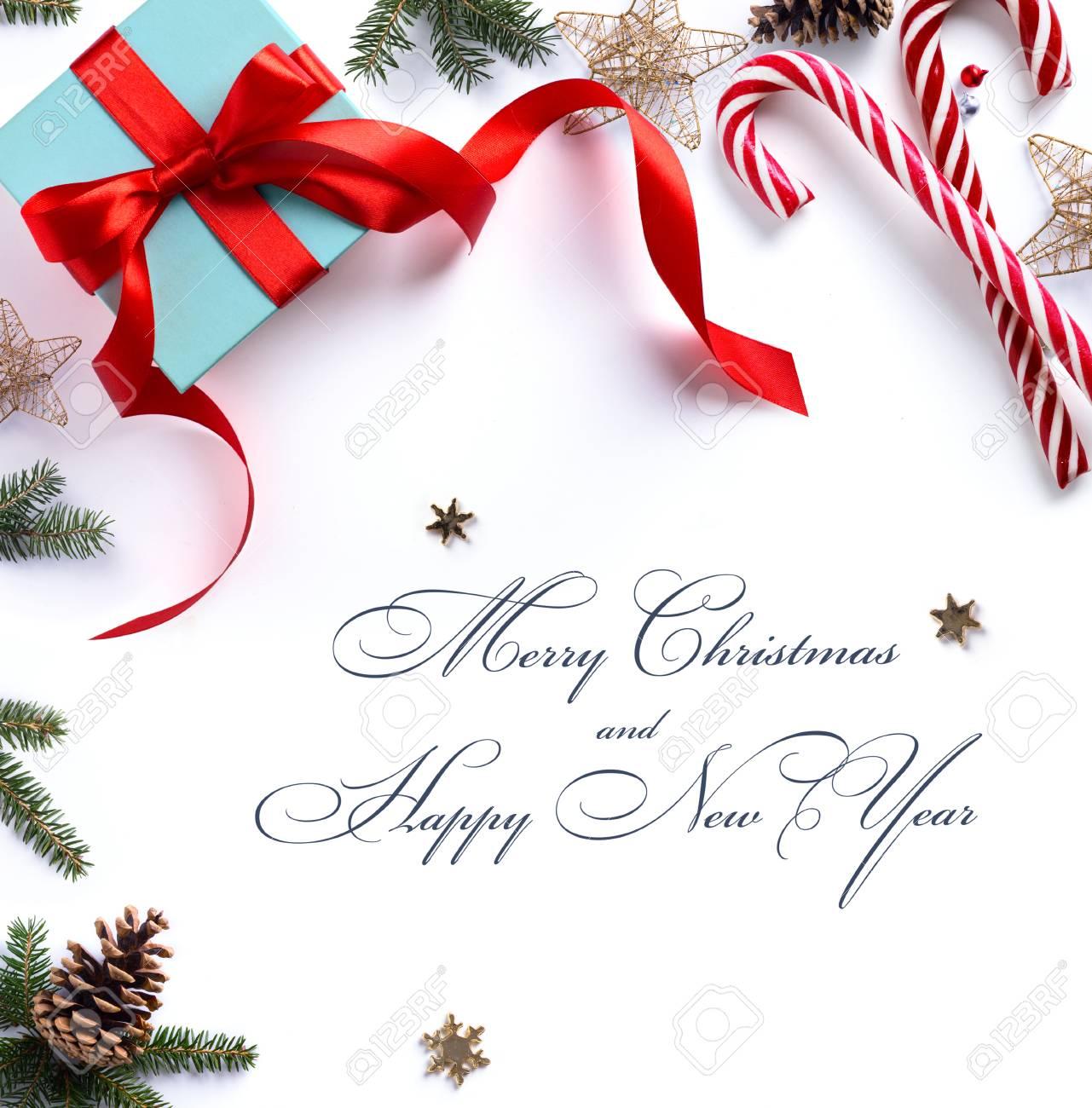 Weihnachtsgeschenk, Tannenzweigen Und Weihnachtsschmuck Auf Weißem ...
