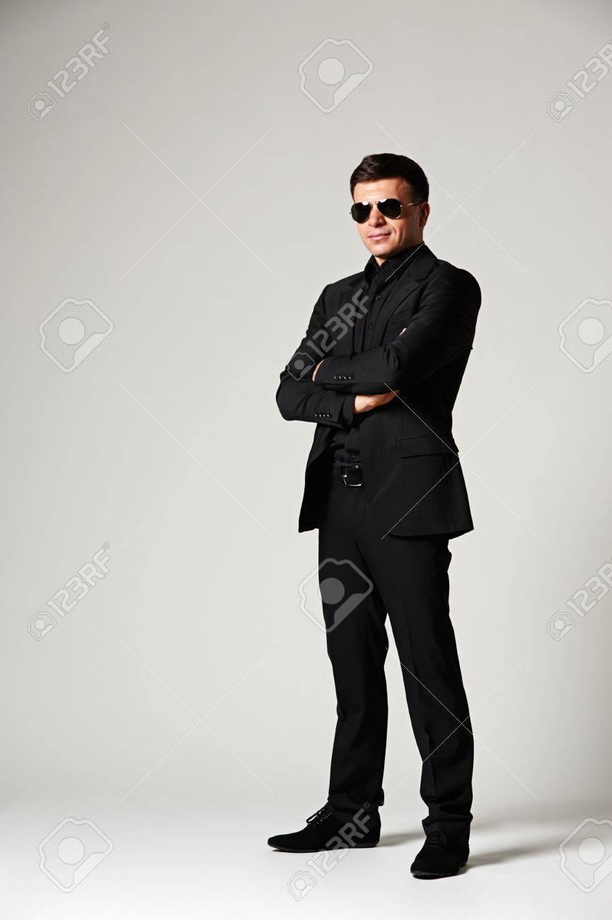 hombre elegante en ropa formal y gafas de sol foto de archivo