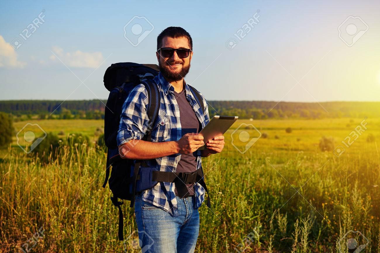 Está Hombre Sus Gafas Tableta El Con Manos Y Su En Pie Celebración Datos Espalda De Mochila Detrás Hermoso Campo Una La Sol 0OPNnkZ8wX