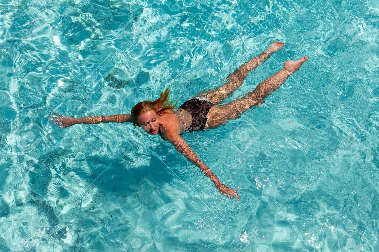 女性は海で泳ぐ の写真素材・画像素材 Image 17457183.