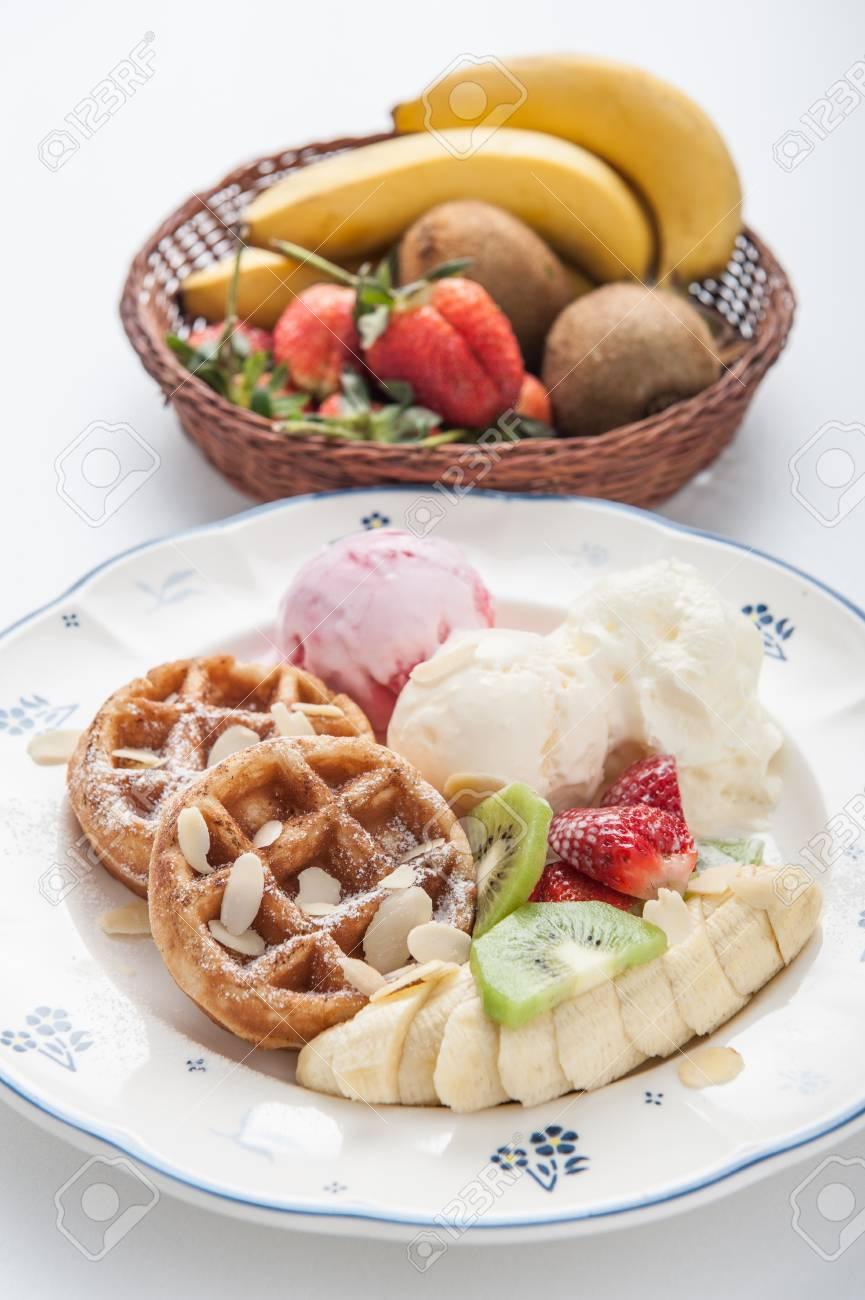 Archivio Fotografico , Cialde con gelato e frutta
