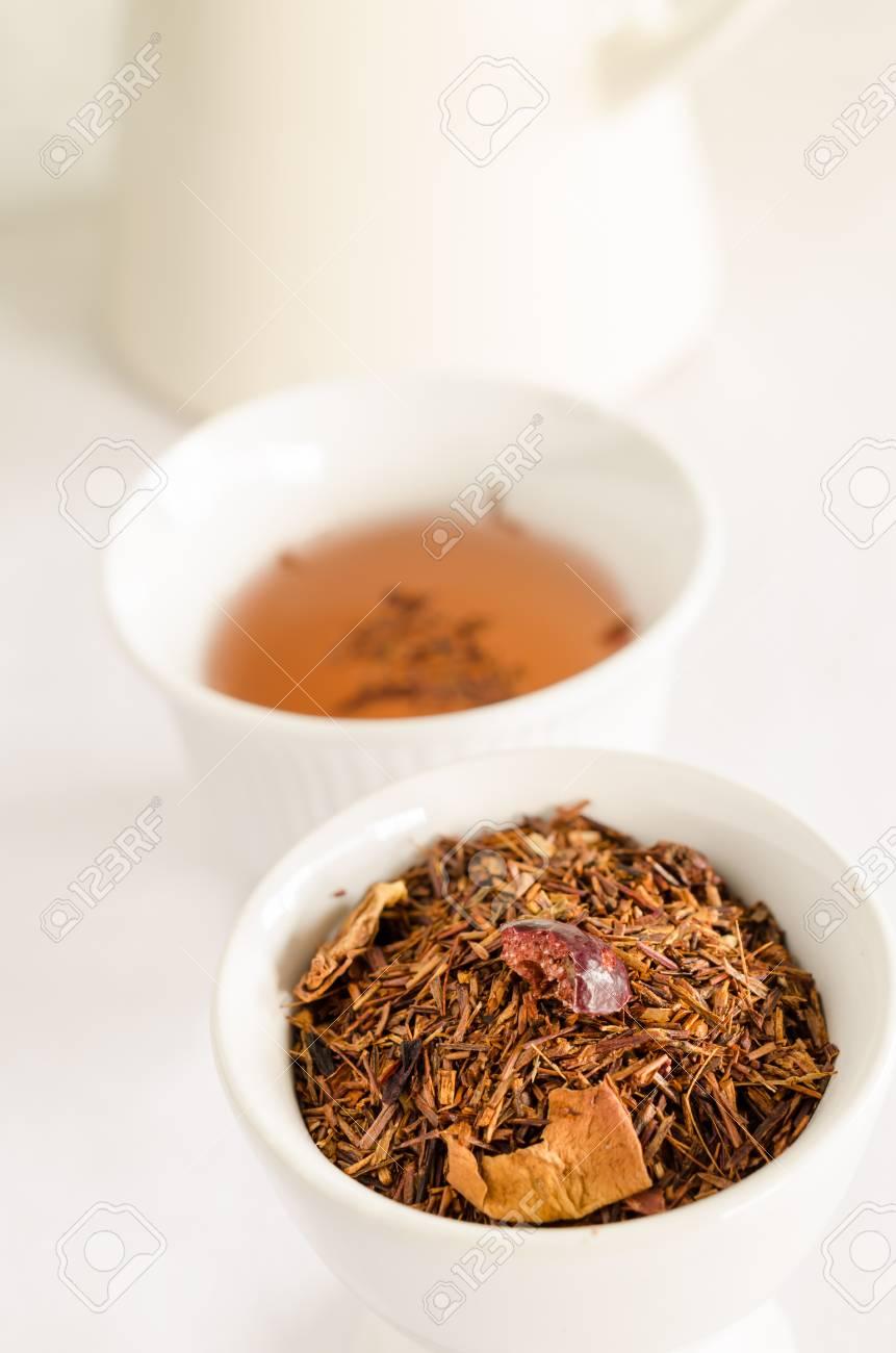 Rooibos Tee Roter Tee Mit Erdbeer Und Blutenblattern Lizenzfreie