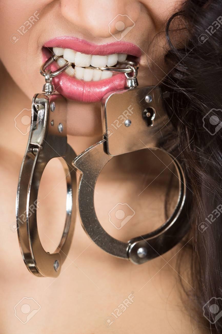 Mit handschellen sex Lesben Sex