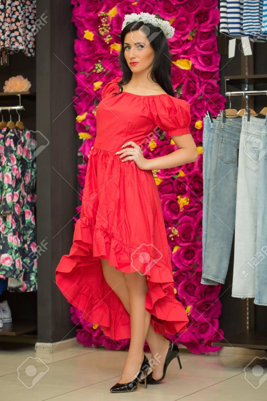 834d882315 Banque d'images - La jeune fille dans une robe rouge dans un magasin de  vêtements