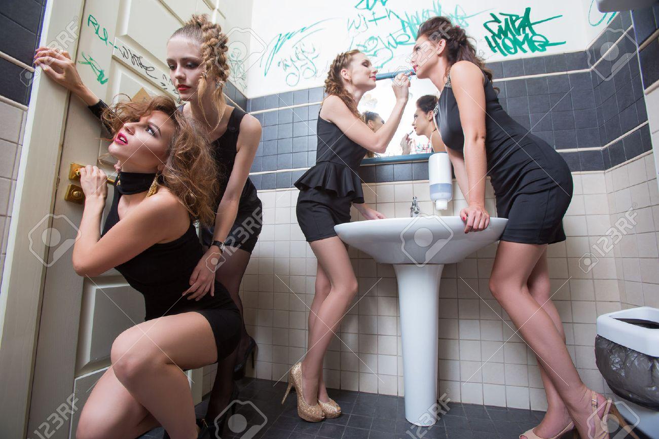 Девушки в туалетных