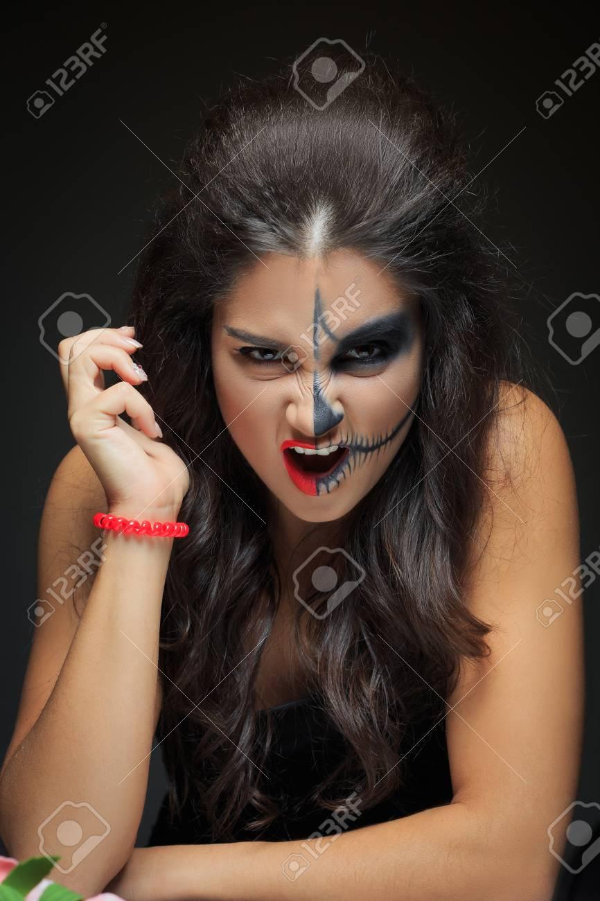 Schöne Frau Mit Make Up Skelett Schwarzer Hintergrund Halbes