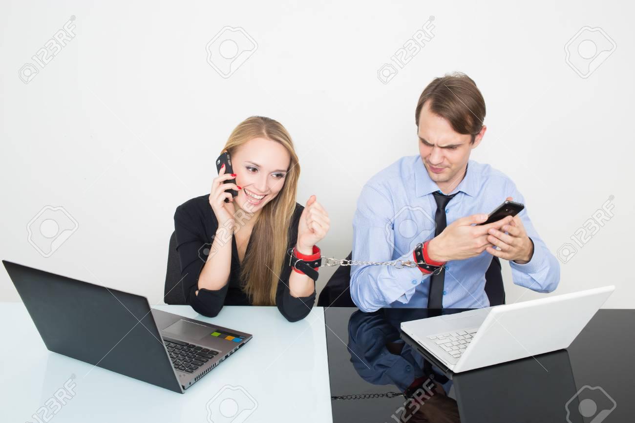 Homme et femme menottés. travailler dans le bureau pour les