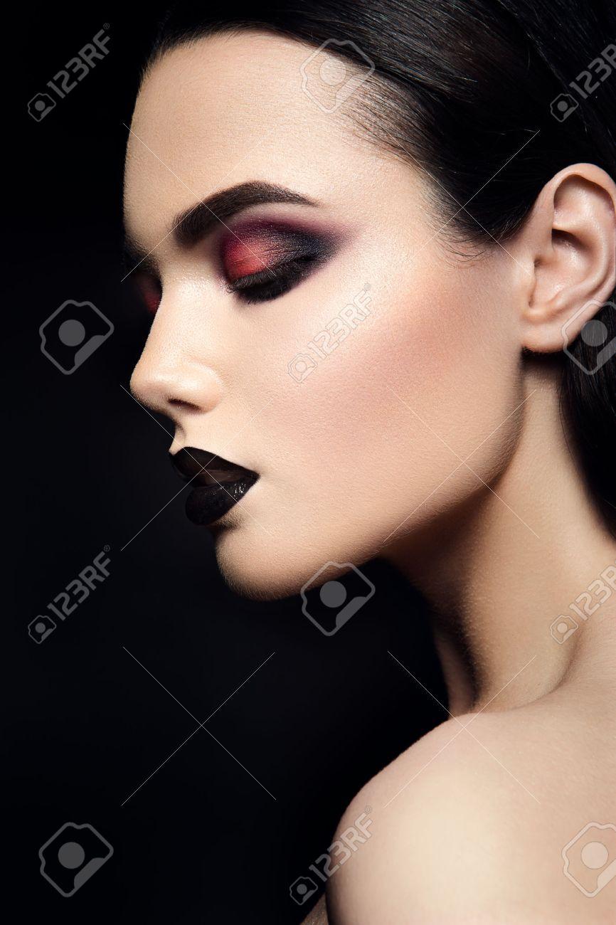 Belleza Chica Modelo De Modas Negro Con Maquillaje Lapiz Labial - Maquillaje-negro