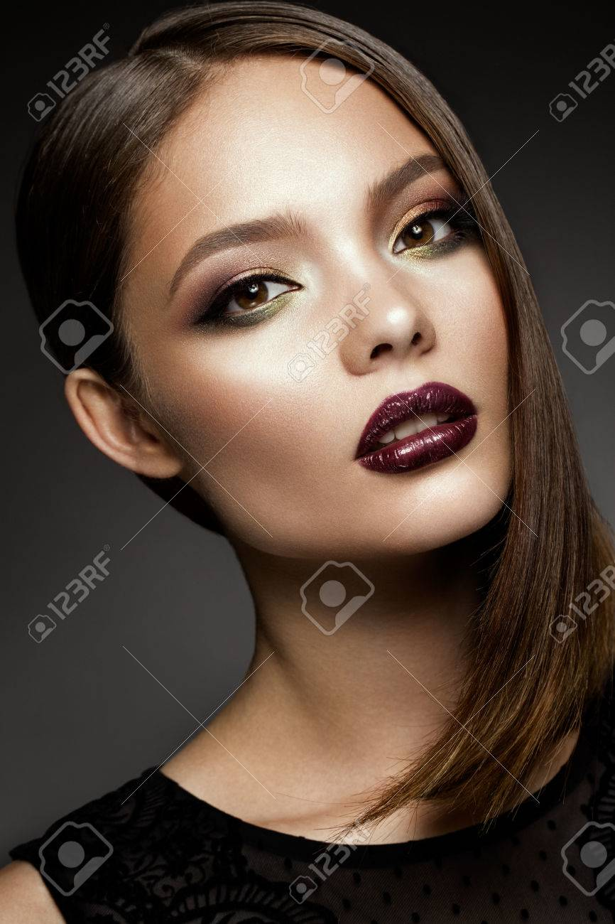 Beautyful girl with bright make up - 71536681
