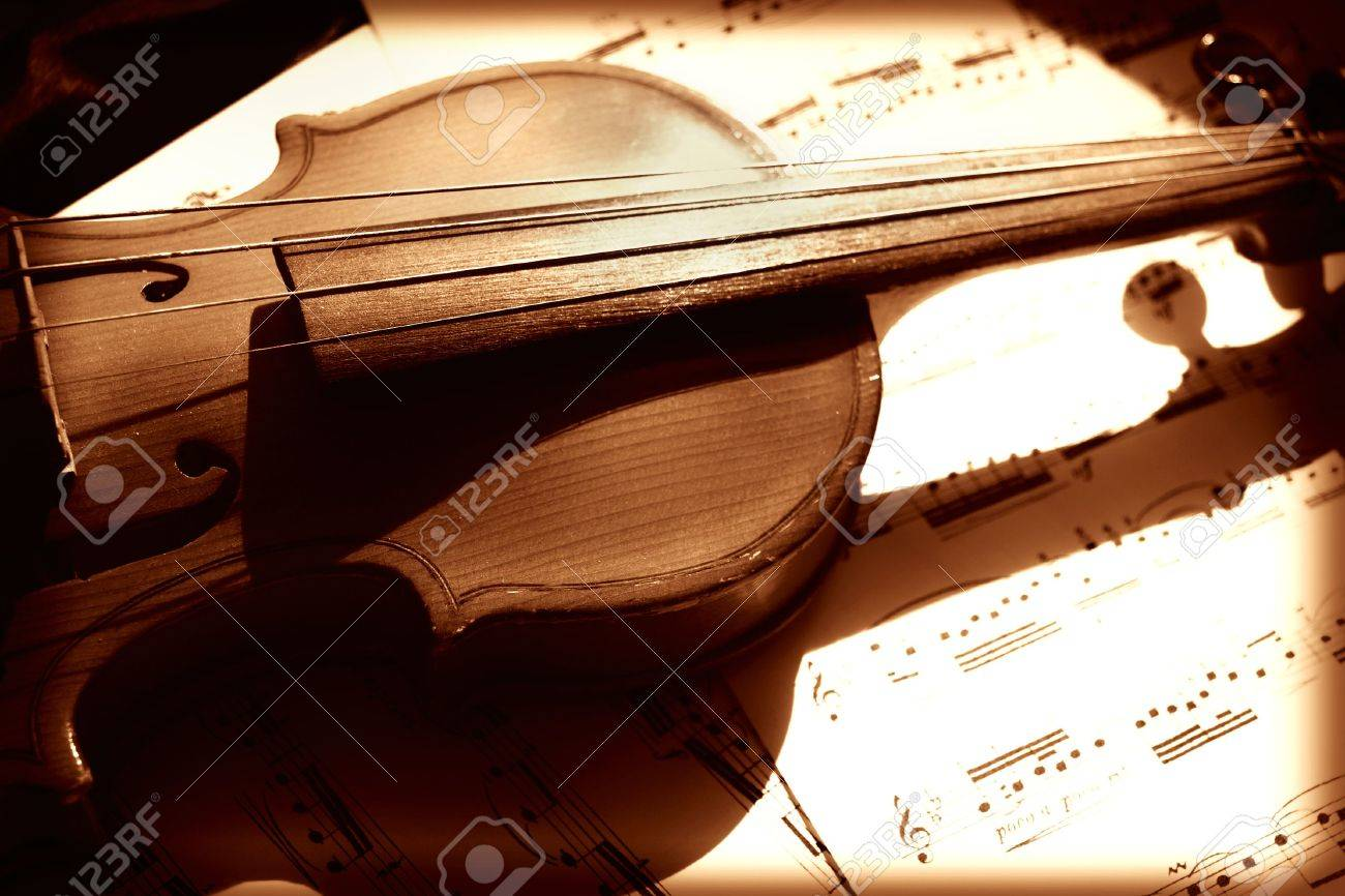 Old violin and musical notes Stock Photo - 4789261