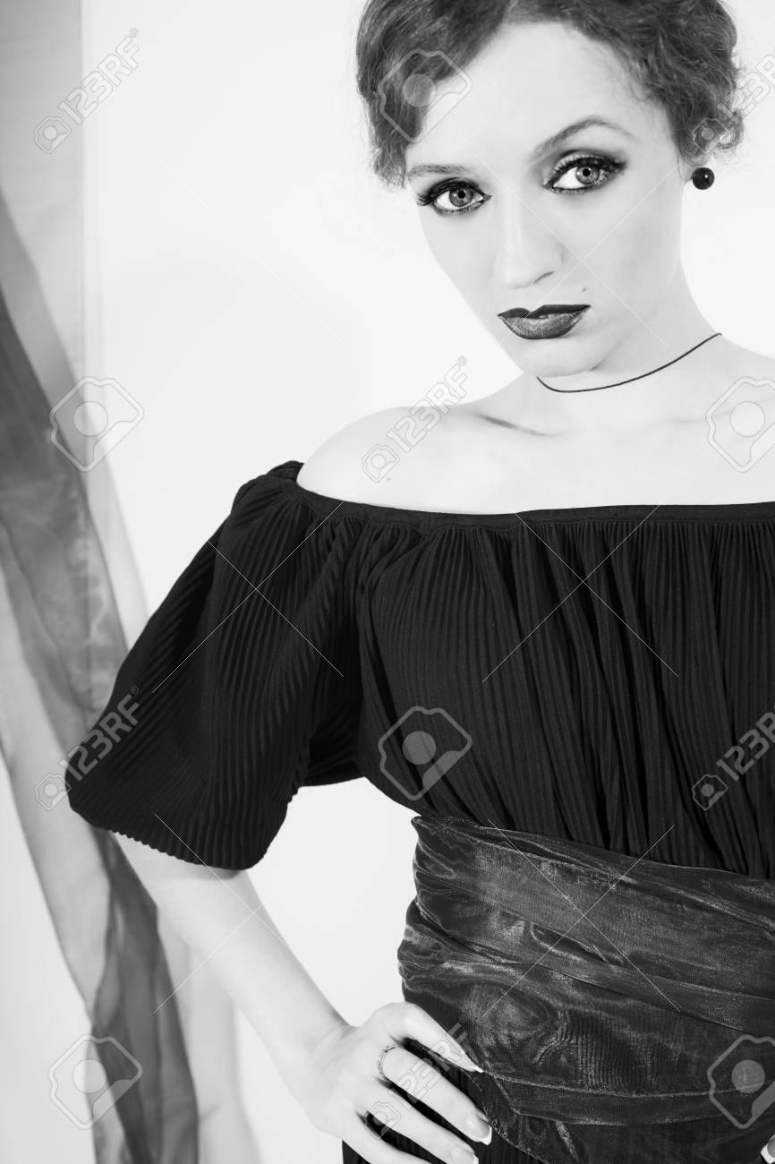 001b93d31a40 Monocromatico ritratto di giovane donna bella in abito su sfondo bianco  Archivio Fotografico - 7872044