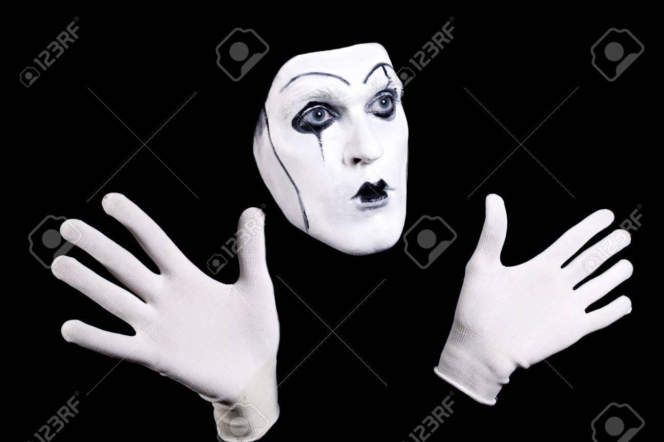 mime 顔と白い手袋と黒の背景に分離された演劇的なメイクアップで手