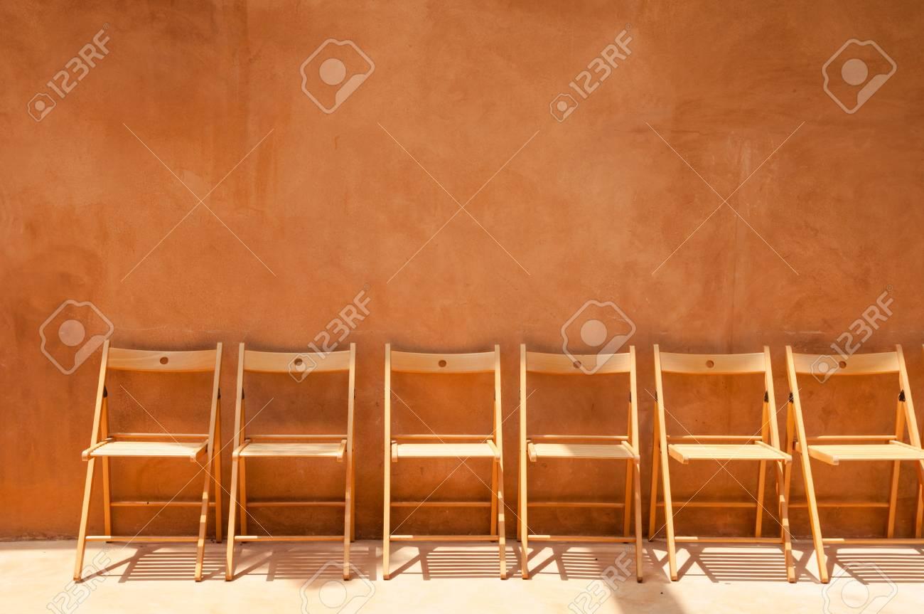 Stock Sedie Di Legno.Immagini Stock Sedie Di Legno Vuote Contro Muro Di Cemento