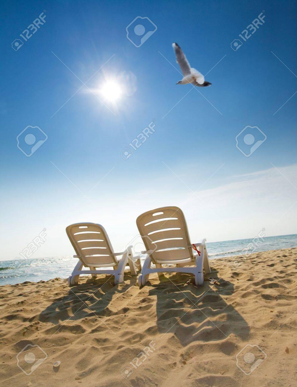 L'immagine attraente di due sedie e uccelli sulla spiaggia foto ...