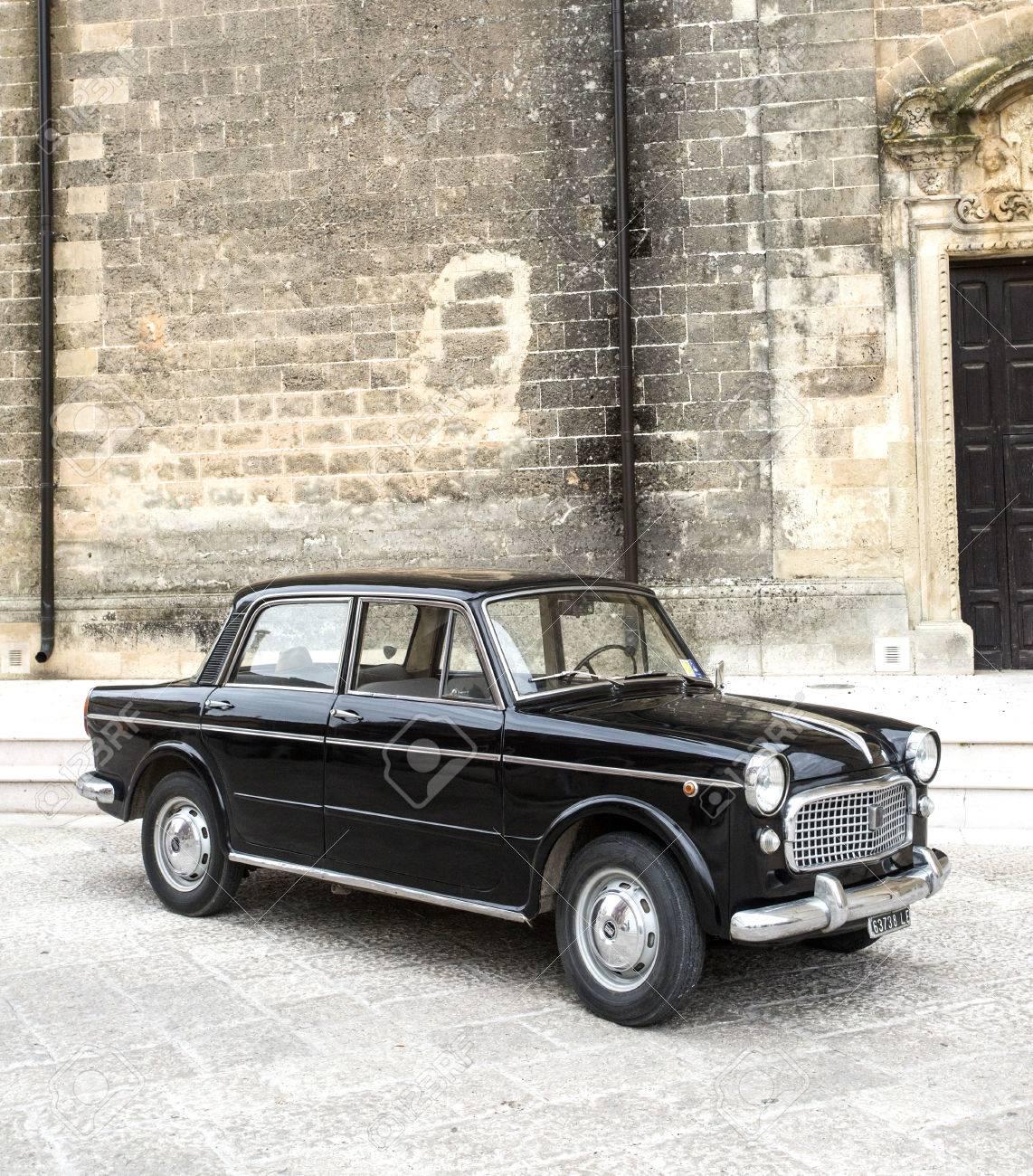 Puglia Italie Mei 02 2015 Tentoonstelling Van Oude Auto S Oude Zwarte Fiat Op Een Stadsstraat Royalty Vrije Foto Plaatjes Beelden En Stock Fotografie Image 51773035