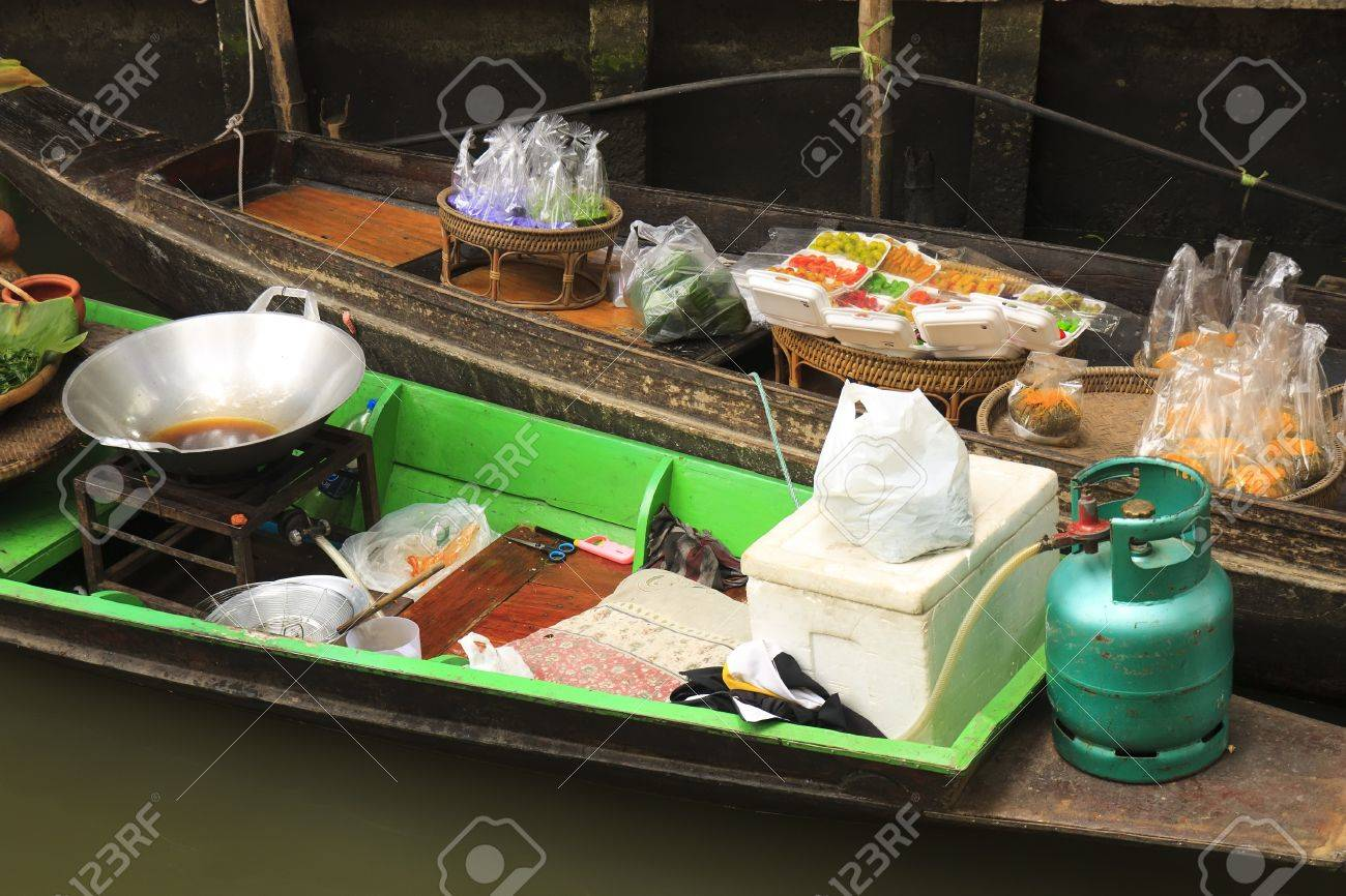 shop on the boats at klong lat mayom floating market Stock Photo - 21393805
