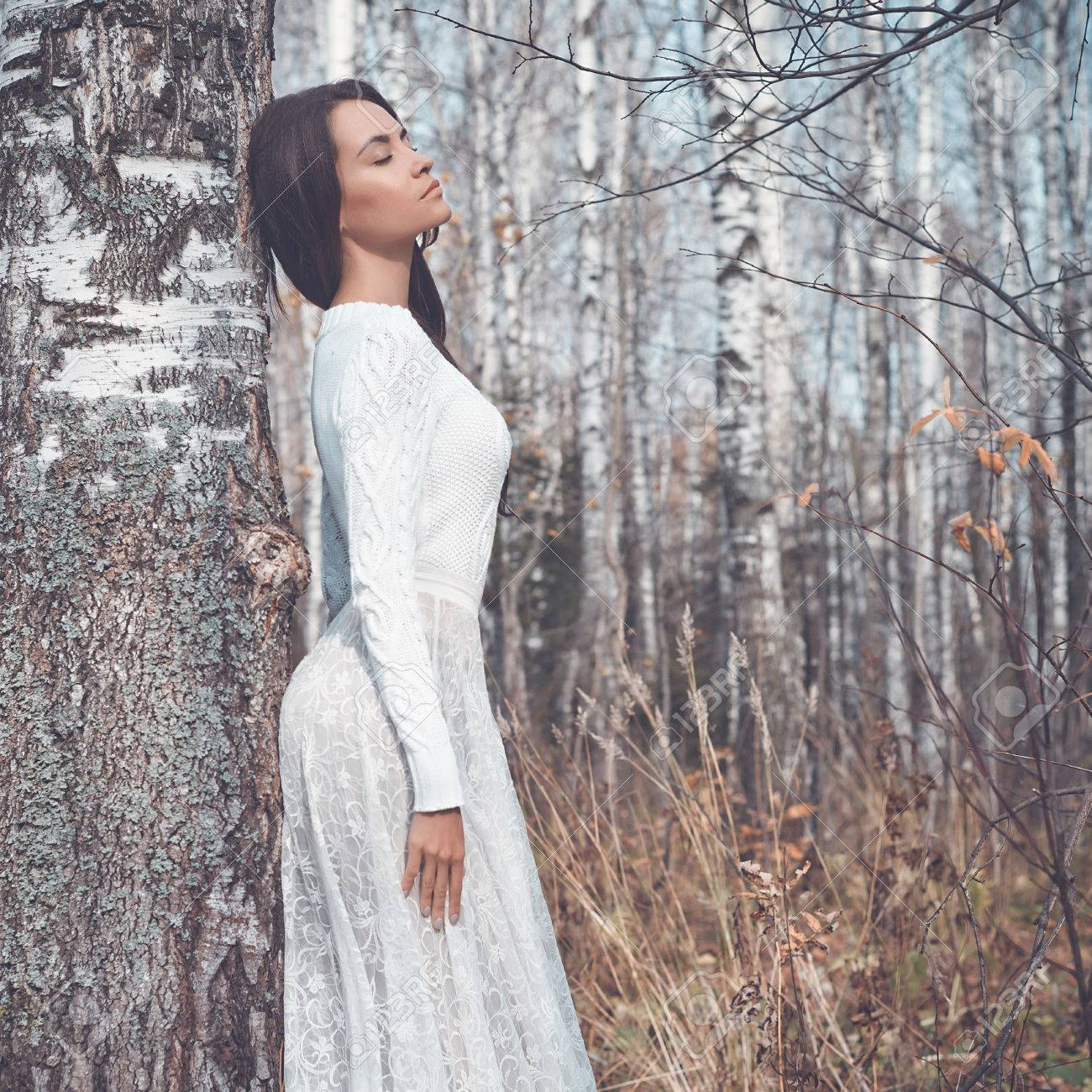 Outdoor-Mode-Foto der jungen schönen Frau in einem Birkenwald Standard-Bild  - f3eb53752e
