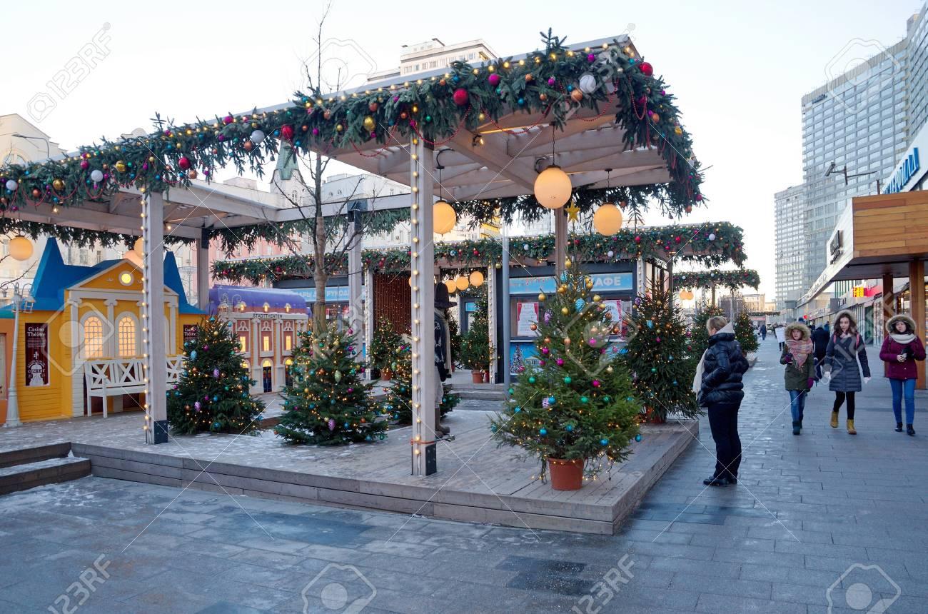 Immagini Stock - Mosca, Russia - 9 Gennaio 2018: Decorazioni Di Capodanno  Su New Arbat Street A Mosca Per La Stagione Invernale 2017-2018. Zona  Interattiva Teatro Di Natale Svedese Image 98152605.