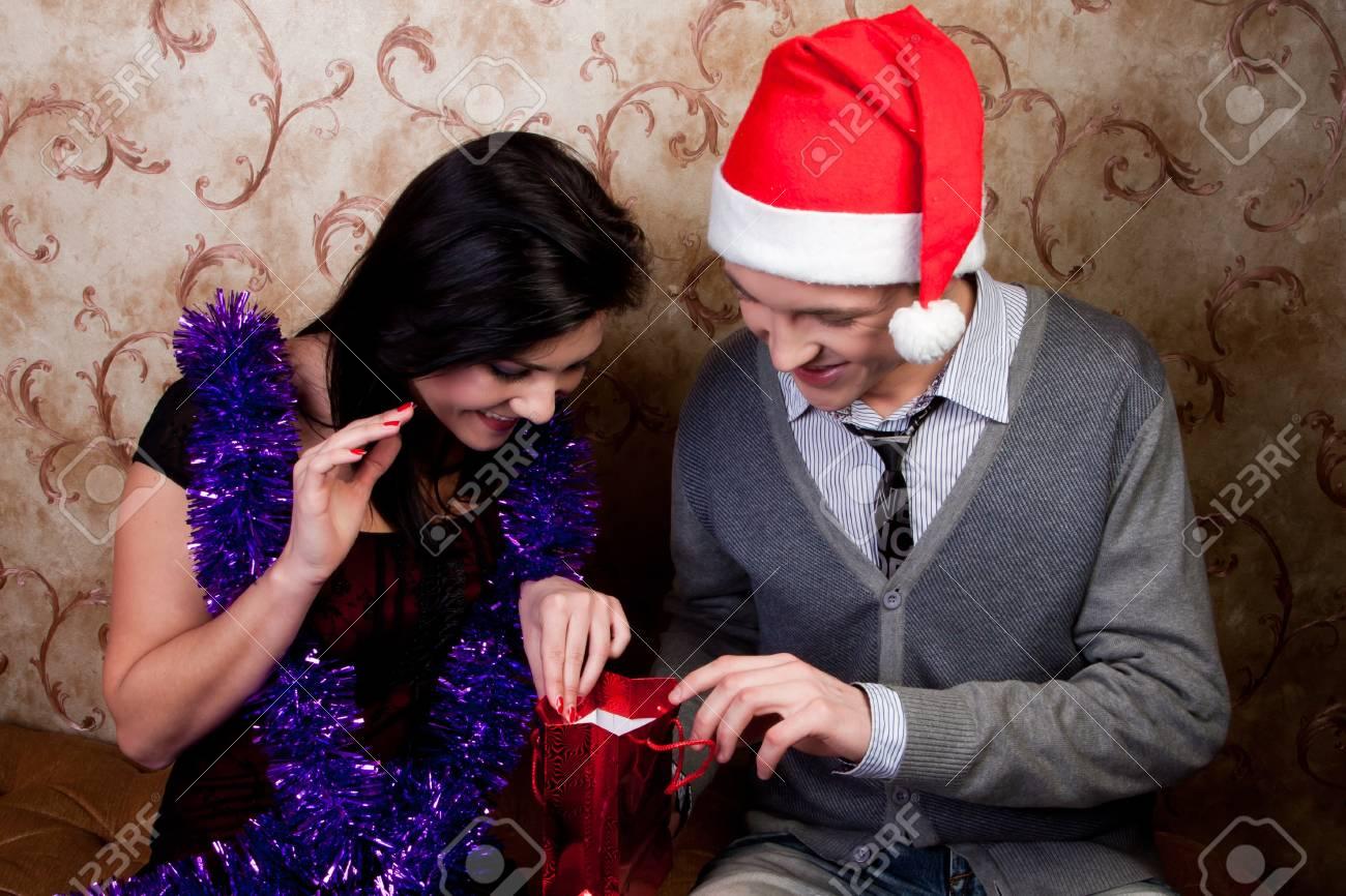 Regali Di Natale Per Coppia.Immagini Stock Coppia Giovane E Bella Scambiati I Regali Di Natale