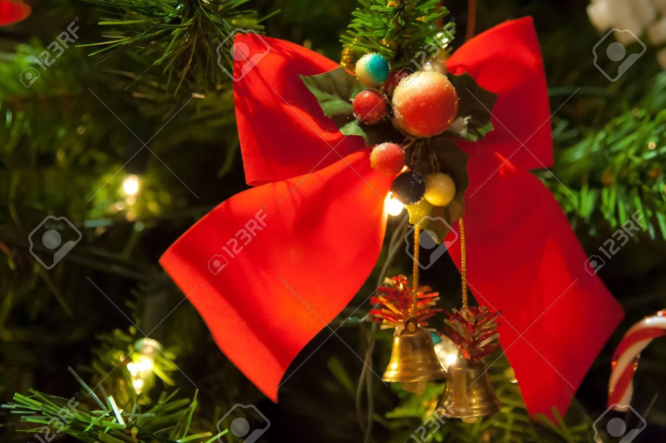 810c57a8dd857 Decoración de lazo rojo en el árbol de Navidad a la derecha Foto de archivo  -