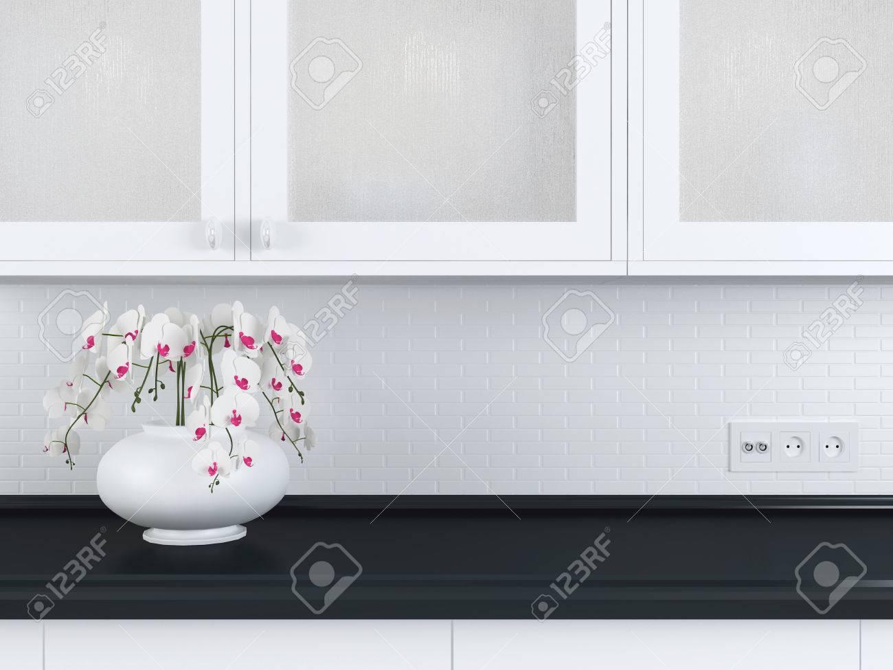 Moderne Weiße Küche Design, Blumen Auf Dem Schwarzen Marmor Arbeitsplatte.  Standard Bild