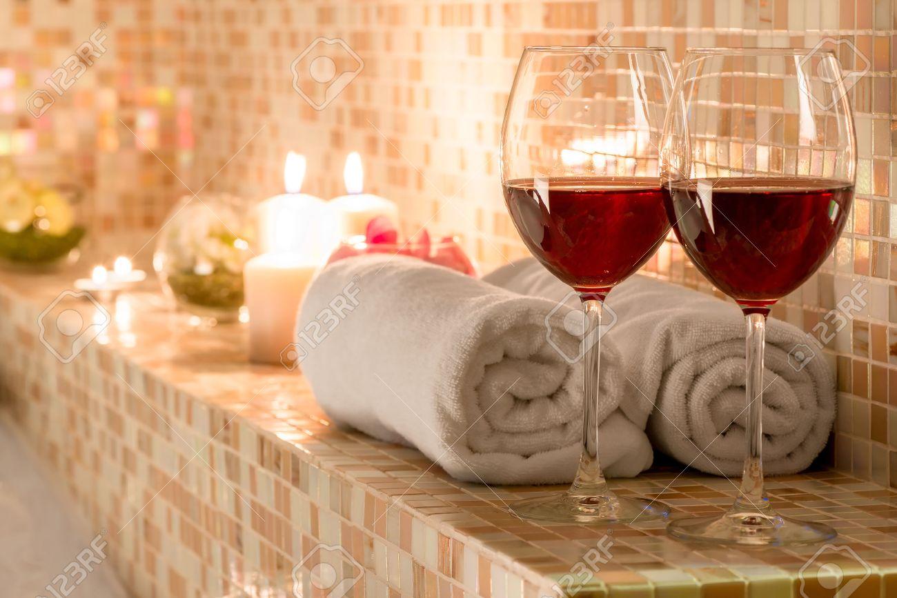 Romantische Dekoration Im Bad Für Liebespaare Standard Bild   42621082