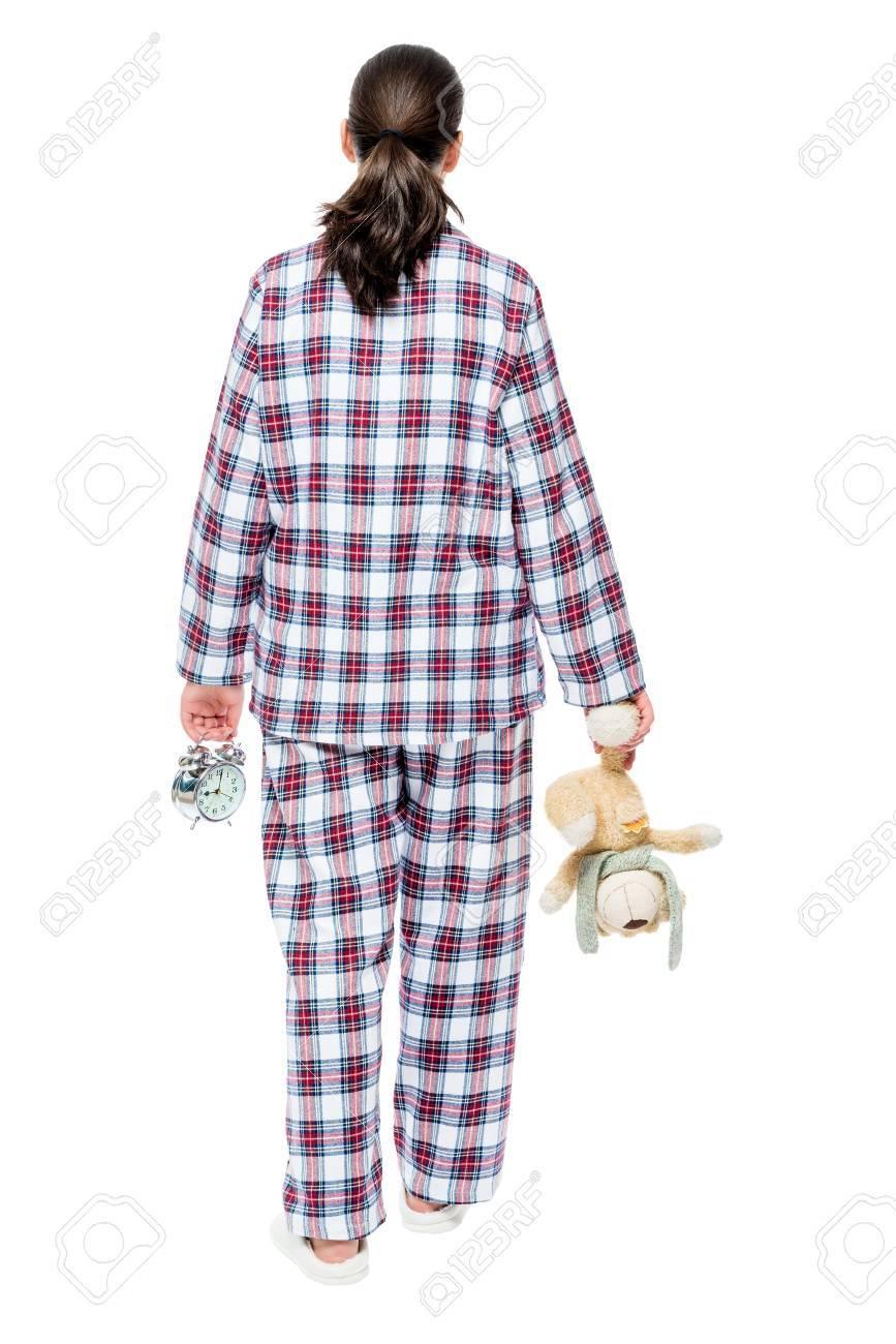 dernier style de 2019 ramassé rechercher le dernier Femme en pyjama à carreaux va au lit, dans les mains, ours en peluche et  réveil, vue depuis l'arrière en fond blanc