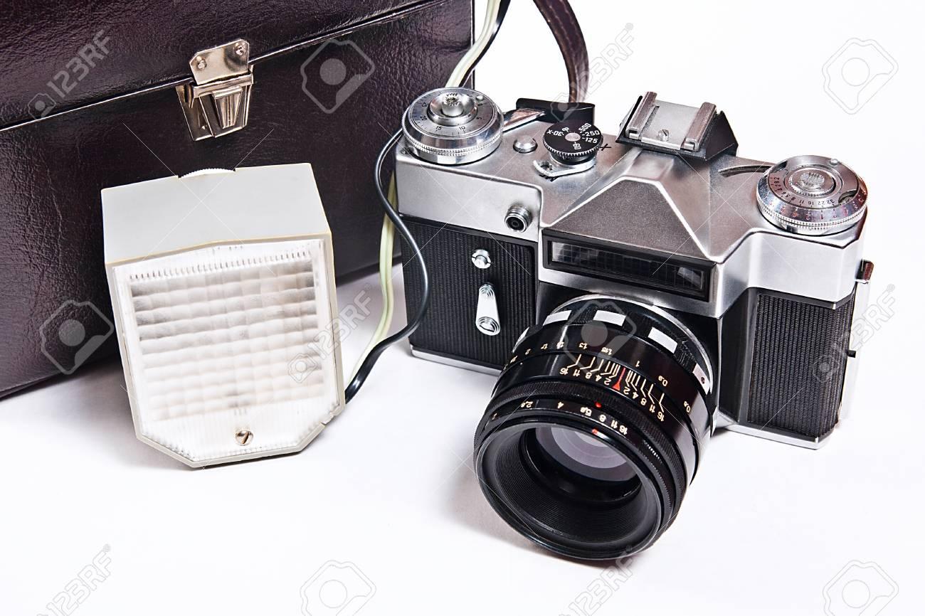 Alte entfernungsmesser vintage foto kamera mit blitz isoliert auf