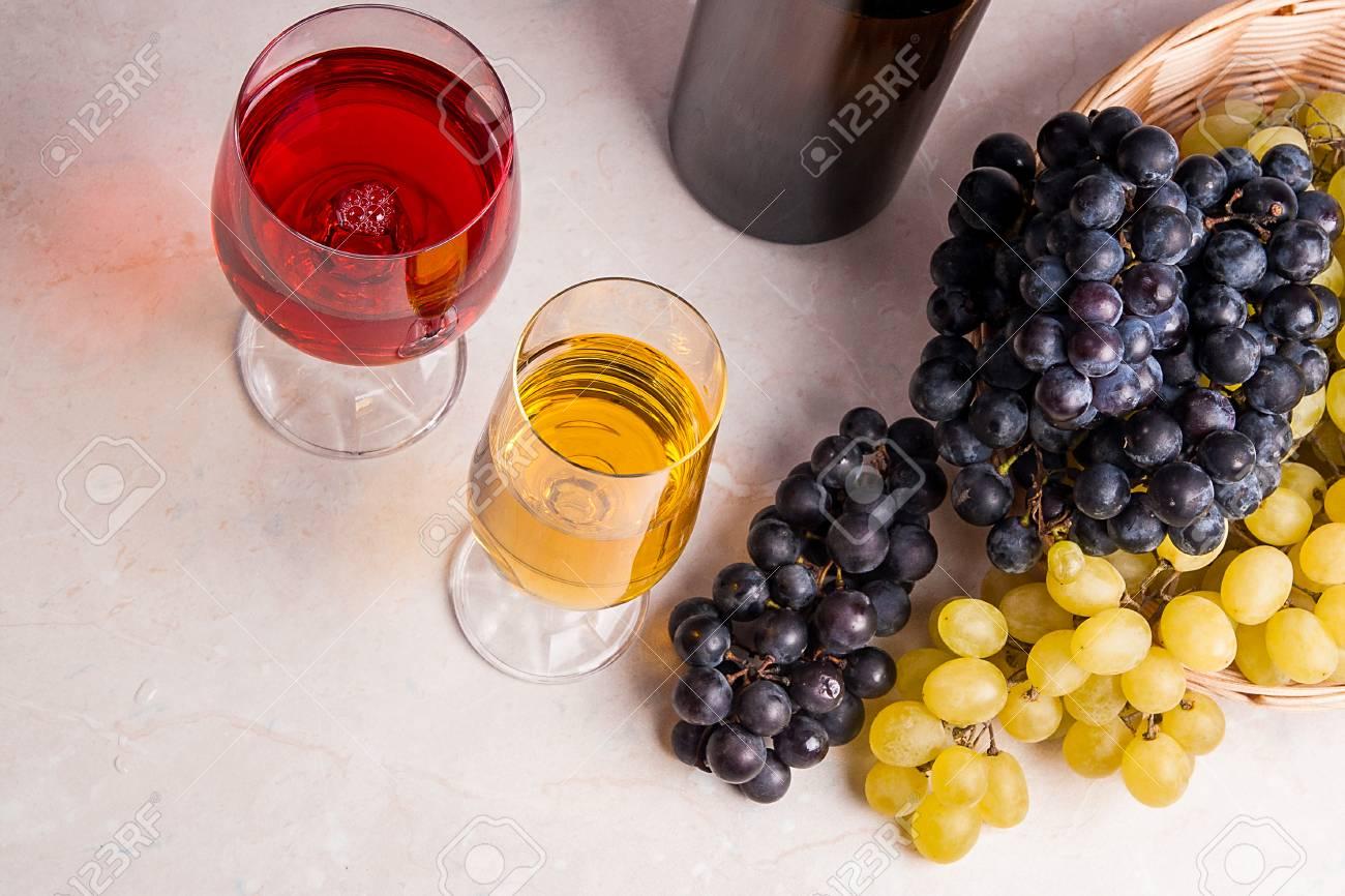 Lichte Rode Wijn : Twee glazen één met witte wijn en één met rode wijn en bruine