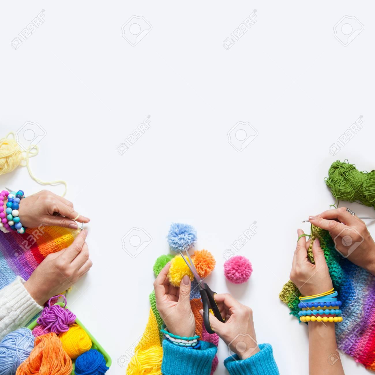 Die Frauen Stricken Und Häkeln Farbigen Stoff Sicht Von Oben