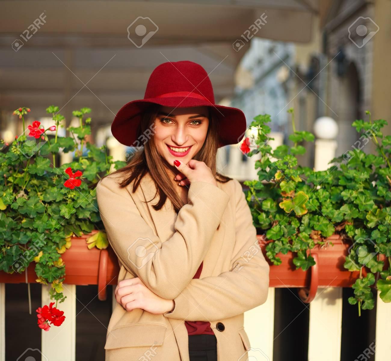 Immagini In Carina Viola Su E Un Ragazza Cappello Cappotto Stock Fp6OrFnH