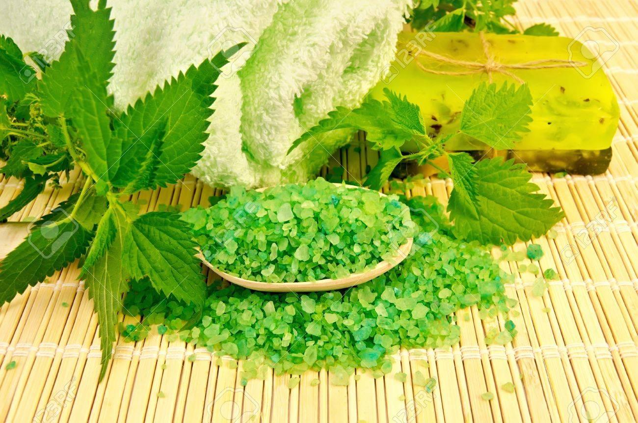archivio fotografico bagno di sale verde e due barre di sapone fatto in casa ortica steli contro un tovagliolo di bamb